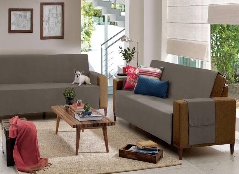 ambiente com sofá com capa