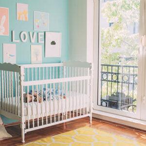 quarto de bebê decorado com berço branc