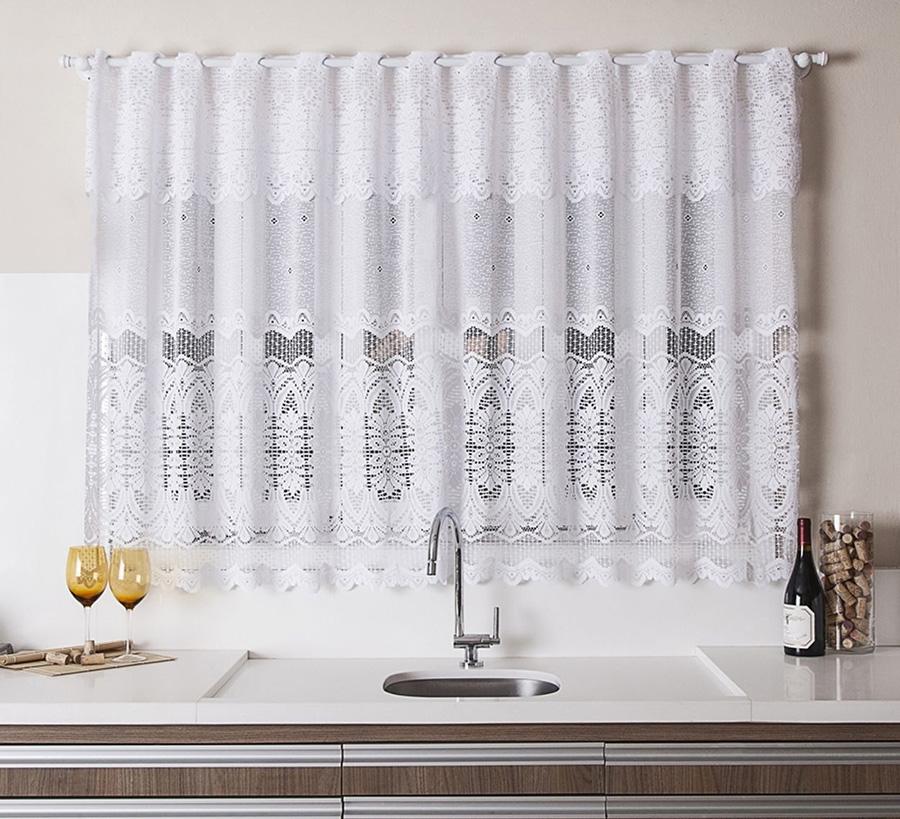 imagem de uma cozinha com pia e cortina branca de renda