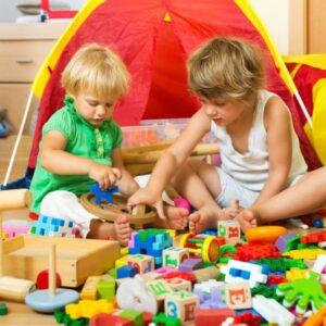 imagem de crianças brincando com brinquedos